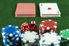 Chip di poker dei dadi di paia del taglio delle carte da gioco del pacchetto Fotografia Stock Libera da Diritti