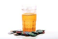 Chip di vetro e del casinò di birra Fotografie Stock Libere da Diritti