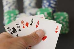 Chip e carte di mazza che mostrano tutto esaurito con 10 e l'asso nella fine su Fotografia Stock Libera da Diritti