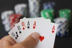 Chip e carte di mazza che mostrano tutto esaurito con 10 e l'asso nella fine su Fotografia Stock