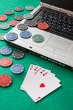 Chip e carte di mazza su un computer portatile Fotografia Stock