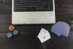 Chip e carte di mazza su un computer portatile Fotografie Stock Libere da Diritti