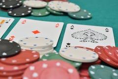 Chip e carte su un tavolo verde con i chip Immagini Stock