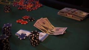 Chip e denaro falso sulla tavola del casinò, giocante roulette stock footage