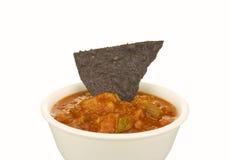 Chip e salsa di tortiglia blu del cereale Immagini Stock Libere da Diritti