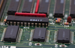 Chip elettronico sul PWB verde Immagini Stock Libere da Diritti
