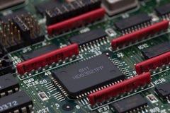 Chip elettronico sul PWB verde e sul resistente parallelo Immagine Stock Libera da Diritti