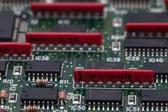 Chip elettronico sul PWB verde e sul resistente parallelo Immagine Stock
