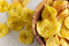 Chip fritti del plantano in una ciotola di legno Fotografie Stock