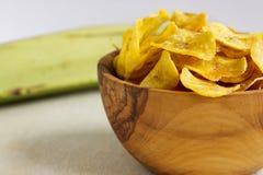 Chip fritti del plantano in una ciotola di legno Fotografia Stock Libera da Diritti