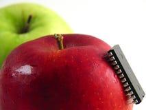 Chip-greifen Sie auf rotem Apfel an! (Nahaufnahme) Stockfotos