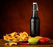 Chip, immersione e birra di tortiglia Immagini Stock