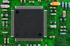 Chip quadrato sul circuito Fotografie Stock Libere da Diritti