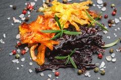 Chip sani della verdura delle carote organiche porpora, gialle ed arancio Immagine Stock Libera da Diritti