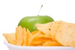 Chip sul piatto e sulla mela Fotografia Stock