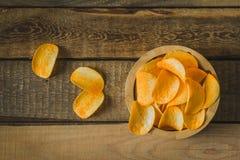 Chip in una ciotola di legno sulla tavola Immagini Stock Libere da Diritti