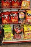 Chip Variety av mellanmål på en kugge arkivfoto
