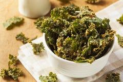 Chip verdi casalinghi del cavolo fotografie stock