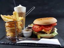 Chipburgerkaffeesoßentischbesteck-Plattengetränk geschmackvoll lizenzfreie stockfotos