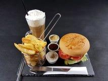 Chipburgersoßentischbesteck-Plattengetränk des Lebensmittelmittagessenabendessens geschmackvolles geschmackvoll lizenzfreie stockfotografie