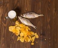 Chiper, öl och två fiskar Royaltyfria Foton