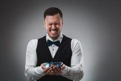 Chiper för en poker för man hållande övre poker Royaltyfri Bild