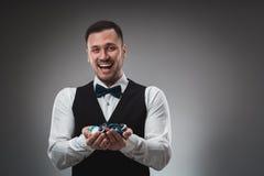 Chiper för en poker för man hållande övre poker Fotografering för Bildbyråer