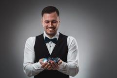 Chiper för en poker för man hållande övre poker Royaltyfri Fotografi