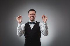 Chiper för en poker för man hållande övre röda poker Royaltyfri Bild