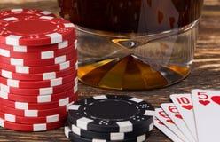 Chiper för poker och konjak på en trätabellnärbild Royaltyfri Foto