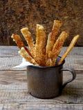 Chiper från svinhud i en cirkel på träbakgrunden Royaltyfri Bild