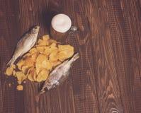 Chiper med fisken och öl Royaltyfri Foto