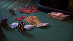Chiper och förfalskade pengar på kasinotabellen som spelar rouletten lager videofilmer