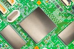 Chiper på ett elektronik utskrivavet bräde Arkivbilder