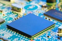 Chiper på en utskrivaven strömkrets för elektronik Arkivfoto