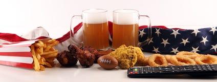 Chiper, salta mellanmål, fotboll och öl på en tabell Utmärkt för modiga projekt för bunke royaltyfria foton