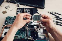 Chiper som kontrollerar till och med förstoringsapparaten, repairman pov Royaltyfri Foto