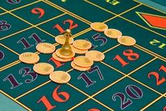 chiper som spelar rouletttabellen Fotografering för Bildbyråer