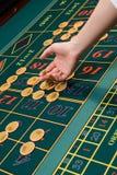 chiper som spelar rouletttabellen Arkivfoton