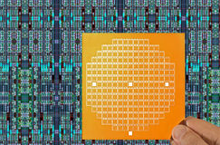 Chipmaske in der Hand und Chipplan Lizenzfreie Stockbilder