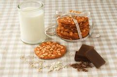 Chipplätzchen und Glas Milch Lizenzfreies Stockbild