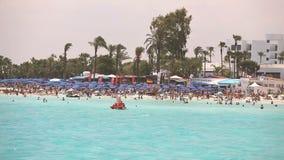 Chipre, Ayia Napa, centro turístico del mar, resto en la playa del mar, gente se baña y toma el sol en la playa del mar almacen de video