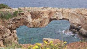 chipre Cabo Greco El puente del mar almacen de video