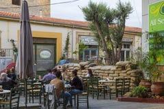 chipre Cityl Nicosia - o capital dividido Café da beira Imagens de Stock