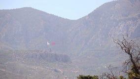 Chipre do norte, a bandeira da república de Chipre do norte contra o céu azul e o mar filme