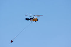 CHIPRE, GREECE/EUROPE - 21 de julho - helicóptero que voa sobre uma represa me imagem de stock