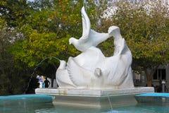 CHIPRE, KYRENIA - 11 DE NOVIEMBRE DE 2013: Fuente y escultura bajo la forma de palomas Foto de archivo