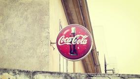 CHIPRE, LARNACA - CIRCA abril de 2018: Muestra del refresco americano popular Coca-Cola - marca famosa de la soda almacen de metraje de vídeo