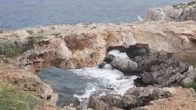 chipre Las ondas del mar Mediterráneo analizan en las rocas del cabo Greco almacen de video