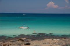 CHIPRE O 15 DE MAIO: uma vista de um barco que pertença ao Latchi Wate Imagens de Stock